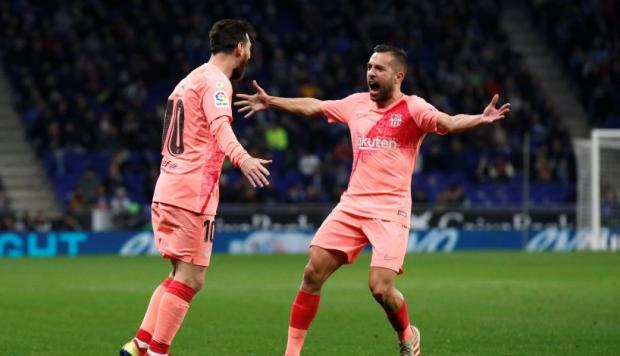 La respuesta viral de Jordi Alba a la comparación Messi-Vinicius (Foto: Reuters / Video: AS).