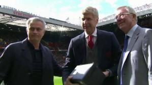El Manchester United y Old Trafford homenajean a Arsene Wenger (Captura y video: Twitter).