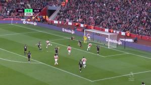 Pierre-Emerick Aubameyang cerró la gran acción dentro del área para el 1-0 de Arsenal (Captura y video: ESPN - YouTube).
