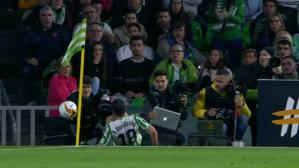 El impacto de Andrés Guardado contra un fotógrafo. (Captura y video: YouTube - ESPN)