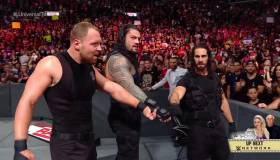 ¡Volvió The Shield! Roman Reigns, Rollins y Ambrose rompieron mesa con el cuerpo de Strowman en RAW [VIDEO]