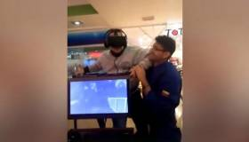 ¡Tremendo susto! Hombre usa lentes de realidad virtual y su reacción es tendencia en Internet [VIDEO]
